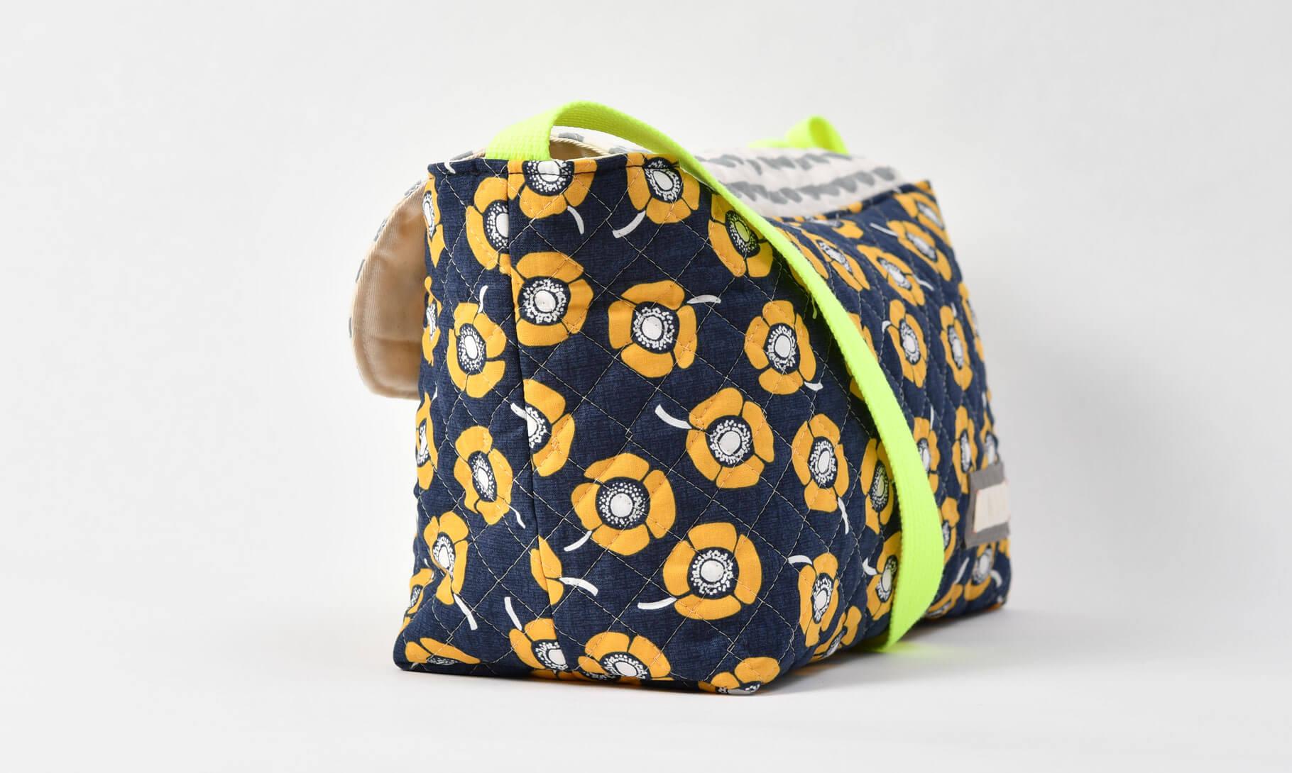 通園バッグ、北欧風ペルラージュ模様、イエローポピーのネイビー横画像